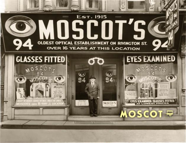 Hyman Moscot começou a vender  óculos em um carrinho de mão na Orchard Street em  1899 e o resto, como dizem, é história oftalmológica!